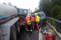 Srážka traktoru s osobním autem u Jablonného v Podještědí.