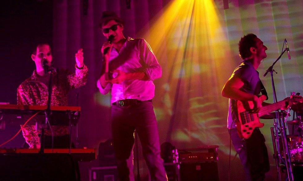 Nightwork zahráli v libereckém kulturáku hodinu a půl dlouhý koncert. Po něm se podepsali fanynkám.