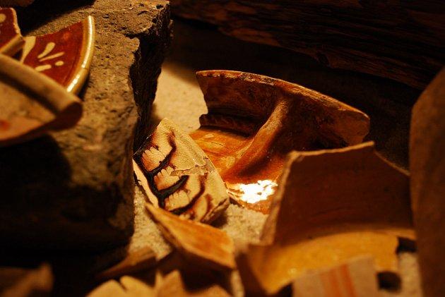 Zlomky nalezených keramických nádob.