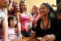 Autogramiáda Lucie Bílé předcházela jejímu Narozeninovému koncertu, který bude v liberecké Tipsport areně 21. dubna. Pro podpis se ve čtvrtek odpoledne v obchodním centru Nisa zastavilo několik desítek lidí.