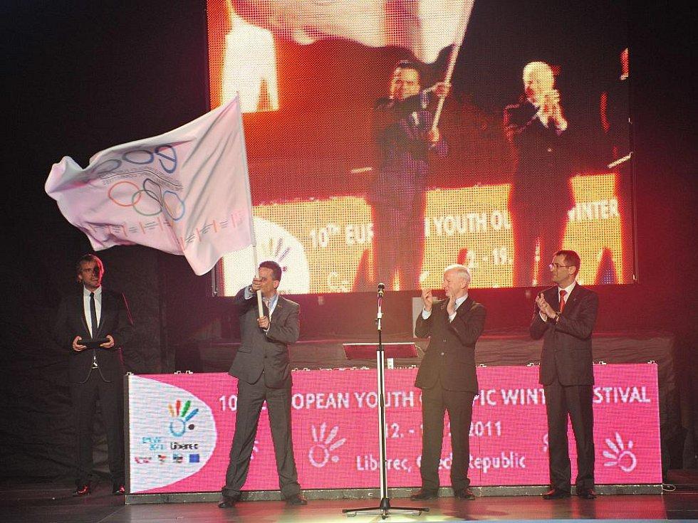 Olympijský oheň se nyní vydá směrem k rumunskému Brasovu, jež se stane dějištěm 11. Evropské zimní olympiády mládeže v roce 2013.