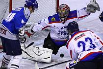 MIZERNÁ SEZÓNA. Liberecký obhájce titulu (v bílém) měl letos mizernou sezonu a skončí na posledním místě v přeboru.