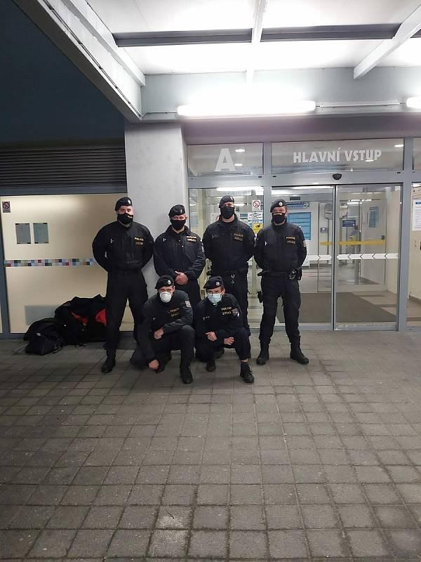 První šestice policistu, kteří nastoupili na covidové oddělení do českolipské nemocnice dne 11. 11. 2020.
