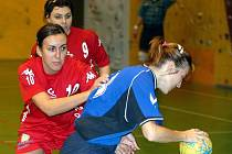 HÁZENKÁŘKY LOKOMOTIVY JSOU SUVERÉNNÍ. Vedou soutěž s náskokem. Liberecká Eva Kračmarová (vlevo) brání soupeřku a vše vzadu jistí Lucie Houserová.