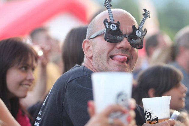 BENÁTSKÁ. Ve Vesci začal 23.ročník festivalu. Zahájily ho kapely zHanspaulky.