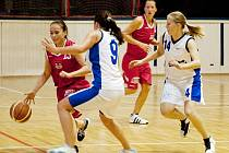 LOKOMOTIVA PROTI KLATOVŮM. V červeném se snaží hostující Andrea Roubalová, s 9 ji brání Barbora Choutková a spěchající Michaela Patzáková.