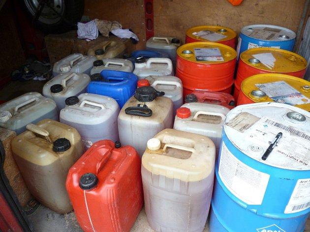 Zadržené kanystry plné topného oleje.