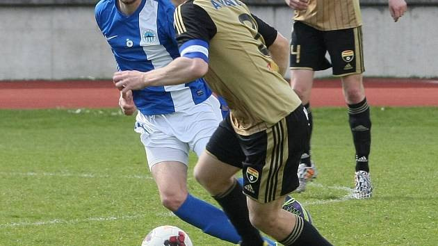 ZNOJMO BYLO O GÓL LEPŠÍ. Na snímku vyváží míč znojemský kapitán Lukáš Hrazdílek, jehož sleduje Denis Frimmel.
