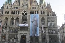 Aktivisté vyvěsili na libereckou radnici velký obraz Putina v diktátorské podobě
