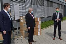 Dar vpodobě respirátorů a odběrových sad pro testy na koronavirus poskytl Libereckému kraji německý spolkový stát Sasko.