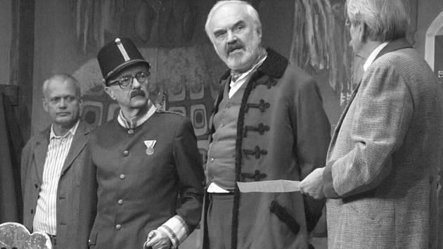 ZÁSKOK. K mnoha smolným stránkám Cimrmanova života patřila i chudoba. V jeho divadelní kočující společnosti Lipany se projevila velkou fluktuací herců.