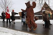MAŠKARY U STATKU. Folklorní zábava bude letos mít nový rozměr. Tři sta let starý roubený statek od letoška patří mezi národní kulturní památky.