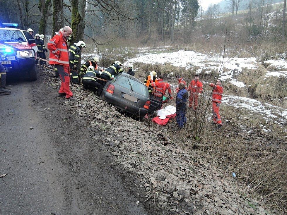 Zaklíněnou řidičku vystříhali z Audiny hasiči.