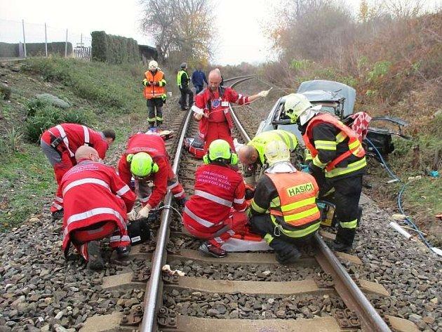 Tragická dopravní nehoda se stala na železničním přejezdu ve Čtveříně.