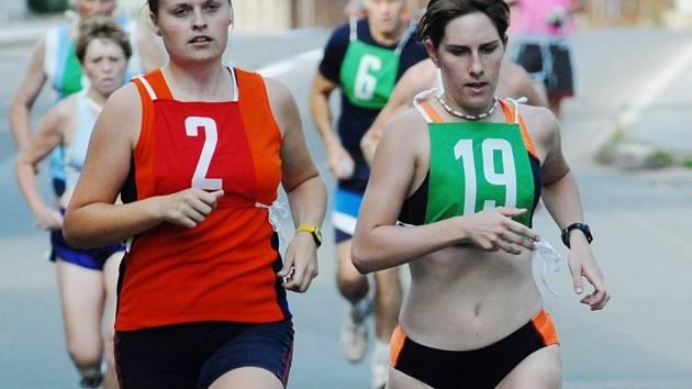 DVĚ DÍVKY Z AC SLOVAN. Vlevo Kateřina Nohýnková, vpravo Lucie Samlerová.