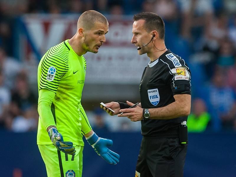 Utkání Slovanu Liberec proti Slavii Praha. Václav Hladký a rozhodčí Radek Příhoda
