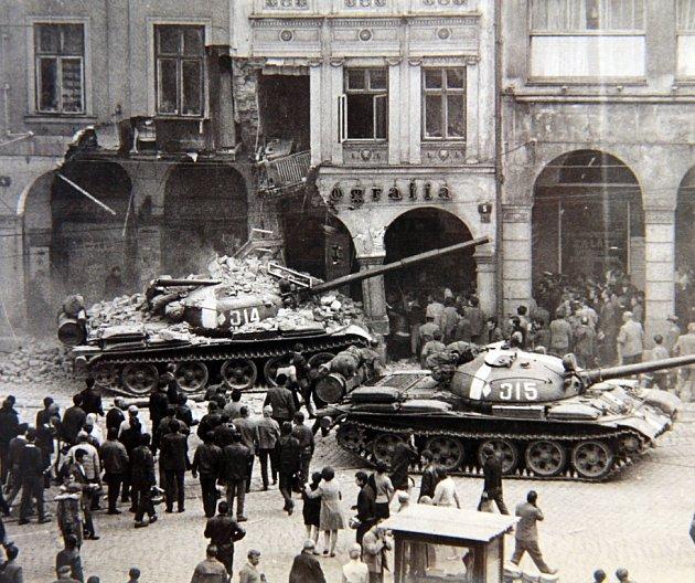 Atmosféra na libereckém náměstí Bojovníků za mír (dne Dr. E. Beneše) vsrpnu 1968.