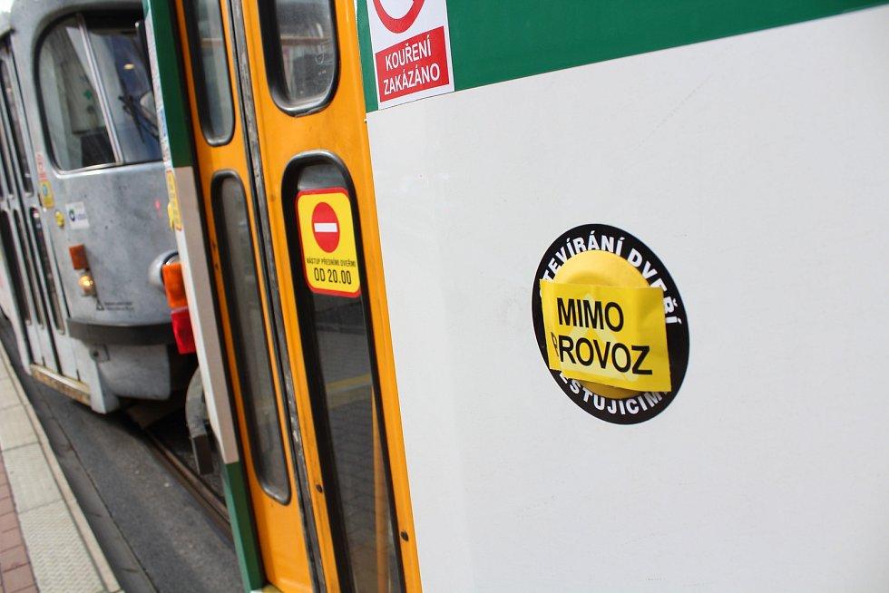 Liberecký dopravní podnik začal u svých vozů otvírat všechny dveře, není tak nutné mačkat tlačítko. Důvodem je snížení rizika nákazy novým typem koronaviru.