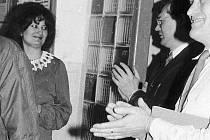 a fotografii z jakési schůze z přelomu 70. a 80. let ve výchovném ústavu v Chrastavě se mladičká Dana Lysáková, členka KSČ, ještě usmívá. To, že přijde za pár let Listopad, který ji připraví o místo, ještě nikdo tehdy netušil.