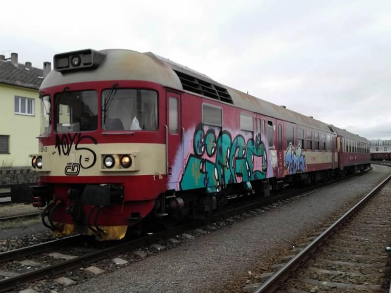Posprejovaný vlak.