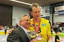 UDĚLAL RADOST NEJEN SOBĚ. Vlevo hrající trenér Polák a s ním Klaus Görauch, prezident klubu, který za dvacet let získal devět titulů.