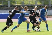 NEBYLA KONCOVKA. O míč usilují zleva: Heger (HK), Polívka (Slovan), Drozd (HK) a domácí kapitán Ondráček.