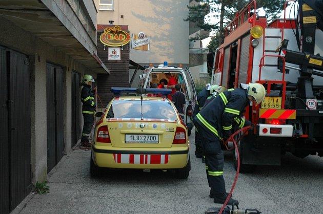Zásah hasičů a ZZS při nehodě na schodech.