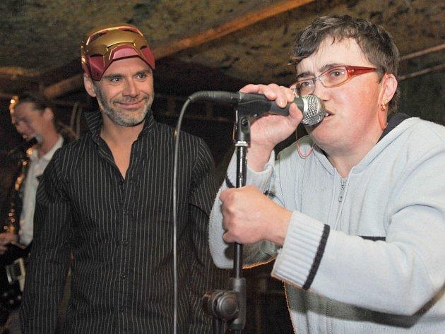 NA FESTIVALU BEZ PLOTŮ vystoupí mnoho regionálních kapel a divadel, ale i kurovodičtí umělci. Na loňském snímku pořadatel akce Jan Bílý (vlevo) z kapely Ovčie Kiahne a Waldovy Matušky a Slávka z Kurovodic.