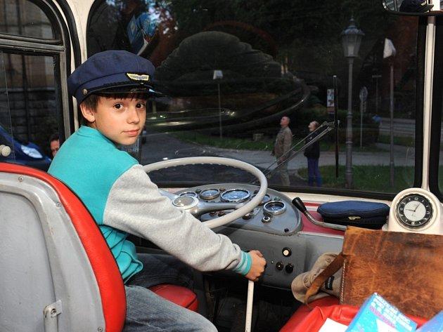Historickými autobusy se mohli svézt v sobotu návštěvníci, kteří přišli na Muzejní noc pod Ještědem pořádanou libereckým Severočeským muzeem.