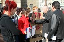 KONFLIKT. Stop xenofobii, stop homofobii! Lžete! Hlásaly transparenty odpůrců Dělnické strany sociální spravedlnosti. Členové kontroverzní strany se je snažili odkázat do patřičných mezí.