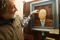 POHYBLIVÝ DŘEVOŠROT Zdeňka Viléma mohou Liberečané obdivovat v Severočeském muzeu do poloviny ledna. Výstava se bude líbit dětem, starší si zase mohou hádat, z jakých součástek autor věcičku vyrobil a zavzpomínat, jak je používali.