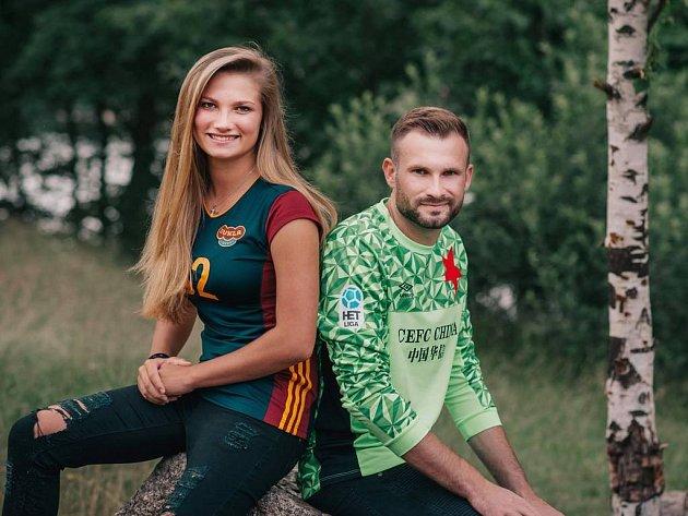 Lucie Kolářová společně s bratrem Ondrou, který chytá ve Slavii.