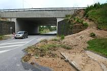 DVANÁCT HODIN po přívalových deštích se zjišťují první škody. Centrální místo ve Vratislavicích nad Nisou.