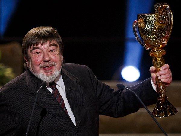 ZDENĚK PEŘINA zNaivního divadla získal Cenu Thálie celoživotní mistrovství voboru loutkové divadlo.
