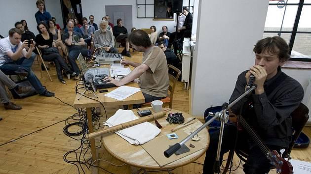 JAROMÍR TYPLT A MICHAL RATAJ při vystoupení v galerii Školská 28 v Praze.