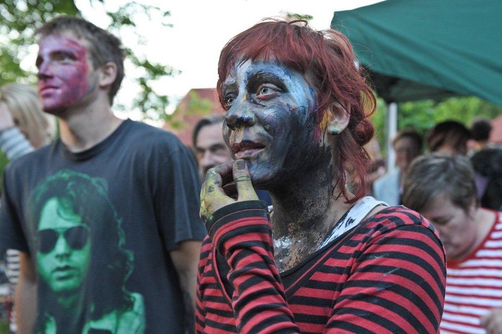JAKO NA MEZI PLOTY. Stejně jako na pražském festivalu panuje v Kurovodicích příjemná nálada a neopakovatelná atmosféra.