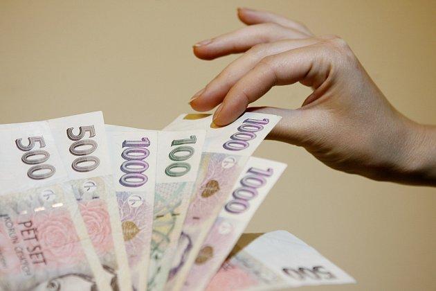 S DLUHY SI MNOZÍ NEVĚDÍ RADY. Než si půjčíte peníze, rozmyslete si, jestli máte i na pravidelné splátky.