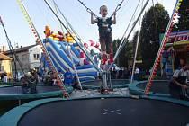 CHVILKA LETU PŘED DOPADEM BAVÍ. Bungee trampolíny milují hlavně děti.