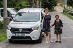 Slavnostní předání automobilu v rámci projektu Sociální automobil proběhlo 14. července v Domově Harcov Liberec. Na snímku vlevo ředitelka domova Vladimíra Řáhová.