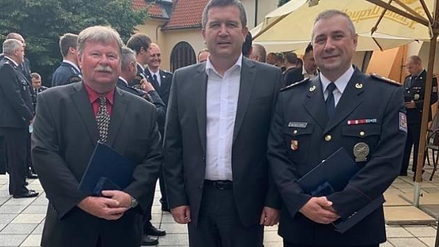 Z rukou Jana Hamáčka převzali ocenění dva muži z Krajského ředitelství policie Libereckého kraje, a to Martin Patka, vedoucí Odboru cizinecké policie, a Ivo Hradecký, vedoucí Oddělení materiálně-technického zabezpečení.