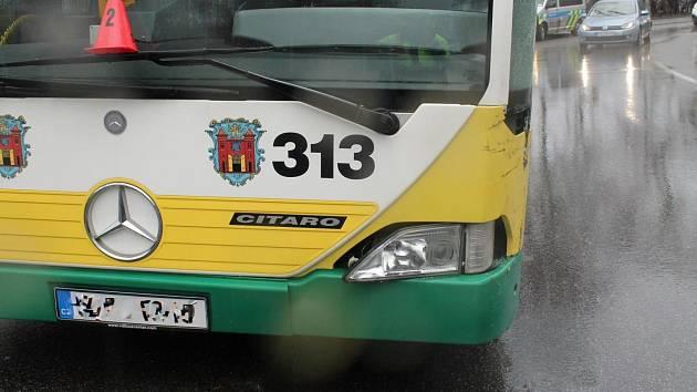 Střet osobáku s autobusem se obešel bez zranění.