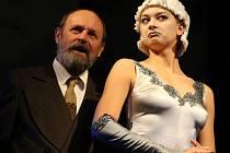Režiséra Reinhardta hraje v nové komedii Václav Helšus, hollywoodskou hvězdu Lydii Lansingovou představuje Barbora Mottlová.