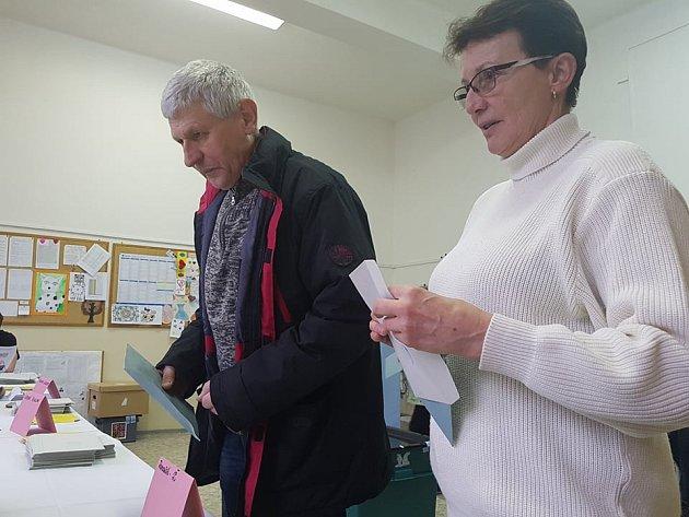 Hned po otevření volebních místností využili lidé svoje volební právo. Jedná se ovolební místnost vZŠ 5.května vJablonci nad Nisou.