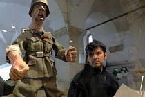 AUTOR VÝSTAVY LUBOR LACINA nazval novou výstavu Severočeského muzea Liberec v sevření hákového kříže. Podle jeho slov, by návštěvníci výstavy měli odcházet z této expozice o něco poučenější, ale také trochu vystrašení hrůzami války.