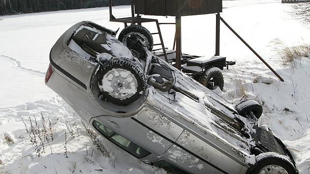 JAK VYPLÝVÁ ZE STATISTIK Policie České republiky, nejčastější příčinou je právě nesprávný způsob jízdy. Hodně řidičů totiž neodhadne, jak by na namrzlém povrchu měli svůj vůz ovládat.