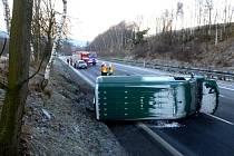 Dodávka se v ranních hodinách na Silvestra převrátila na bok na silnici R35 z Liberce na Turnov.
