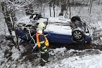 V 7:30 byli volání liberečtí profesionální hasiči společně s dobrovolnou jednotkou Českého Dubu k dopravní nehodě v části obce Vlčetín, kde se auto s řidičkou převrátilo do příkopu na střechu.