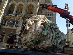 Stěhování plastiky výtvarníka Petra Zubka Meteorit.