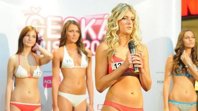Z ULICE NA MOLO. V prvním kole castingu do soutěže Česká Miss 2012 se dívky předvedly v tom, v čem na casting přišly. Porota pak sledovala jejich proměnu vizážisty i to, jak jim sluší plavky nebo módní oblečení.