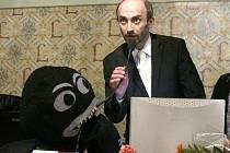 Plyšovou chobotnici jako symbol korupce dostal Korytář jako dárek, když byl jako primátor odvolán